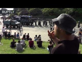 В Гамбурге протестующий начал насвистывать «Имперский марш» при виде марширующ...