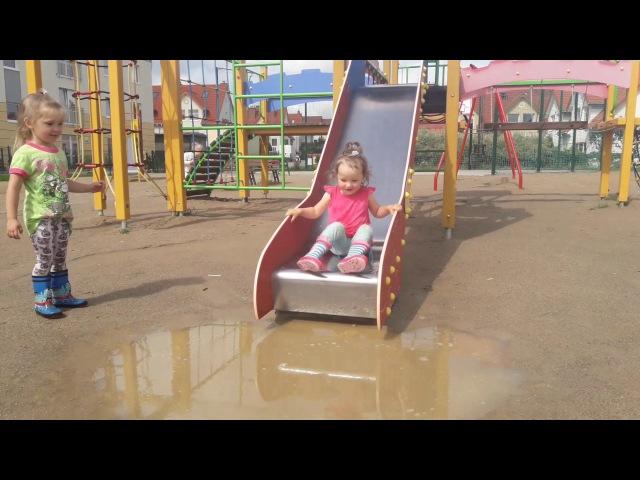 Children play in the puddle pool plash hd/ dzieci bawią się w kałuży hd