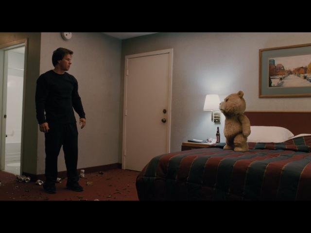 Качка побил плюшевый медведь — «Третий лишний» (2012) cцена 1112 HD