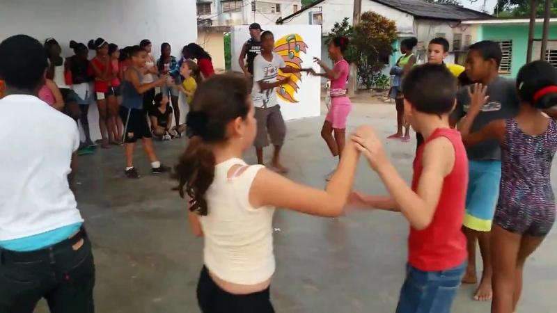 Дети танцуют руэду-де-касино на Кубе!