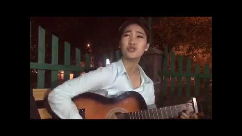 Девушка хорошо поет на казахском