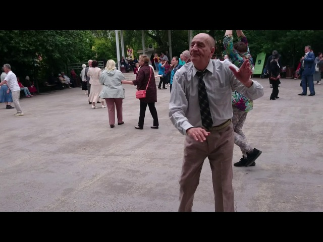 Дедушка танцует,молодые так не смогут