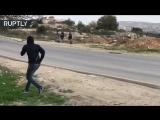 Un manifestant 'Papa Noel' lance des pierres sur les soldats isra