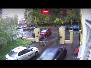 Таксист Uber ломает дорогущие ворота во дворе дома в Москве