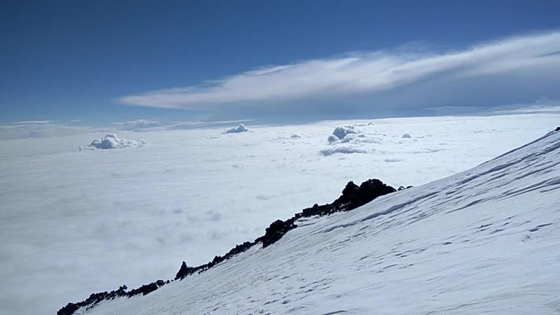 5000м. Эльбрус Север, океан из облаков