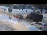 Водитель заметил поскользнувшегося пешехода и переехал его