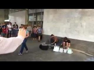 Уличные музыканты делают музыку из мусора