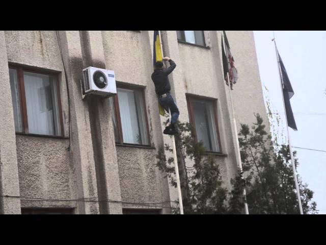 01.05.2014 Ровеньки,ЛНР. Митингующие снимают флаг Украины
