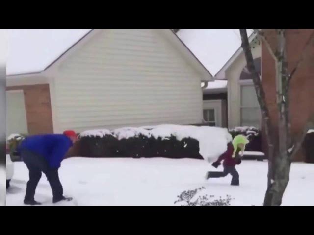 Папа с сыном в снежки играет. Прикол