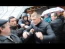 В захоплений храм під крики Ганьба заходить єпископ Київського патріархату