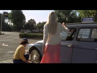 Подглядывание под юбку Le gambe di Gloria Guida - Gas station upskirt