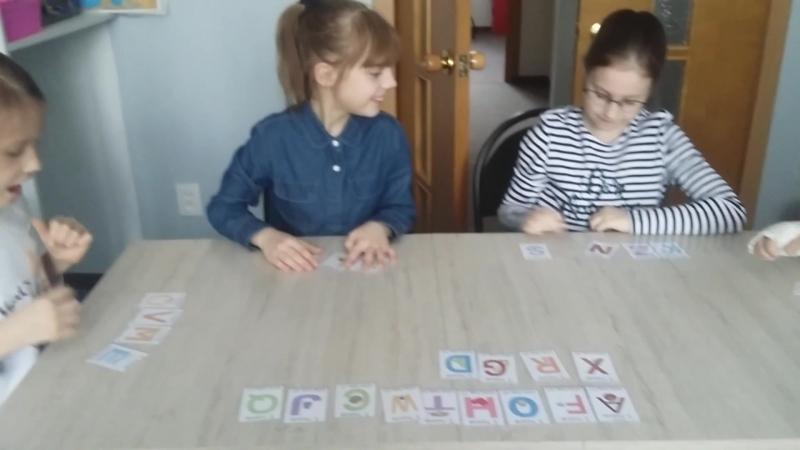 Повторяем алфавит! Специально не учим, просто играем с алфавитом!