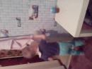 Сашенька вытирает свой стол и стену заодно. Учится Сашенька очень быстро, схватывает всё на лету