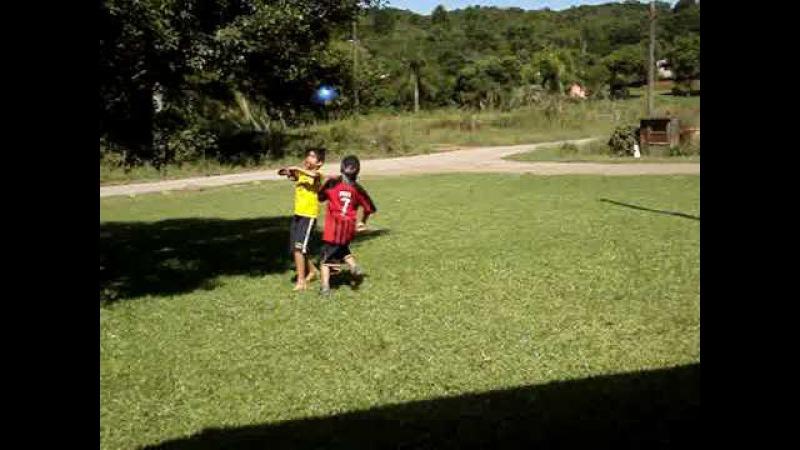Victor Bobsin Pereira da um balanzinho e depois mete no meio das pernas e faz gol no Luan