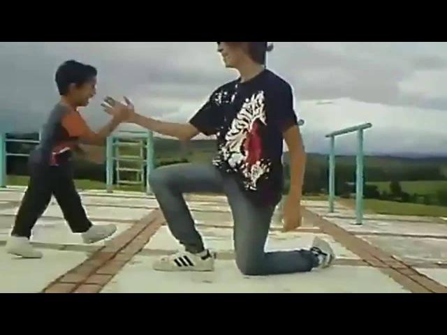 Малыш танцует тектоник с большим другомKid dancing tecktonik with a great friend