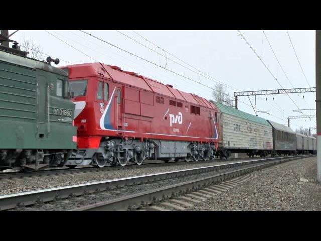 Электровоз ВЛ10-1860 и тепловоз ТЭП70БС-093 с грузовым