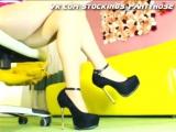 Красивые женские ножки в колготках и туфельках