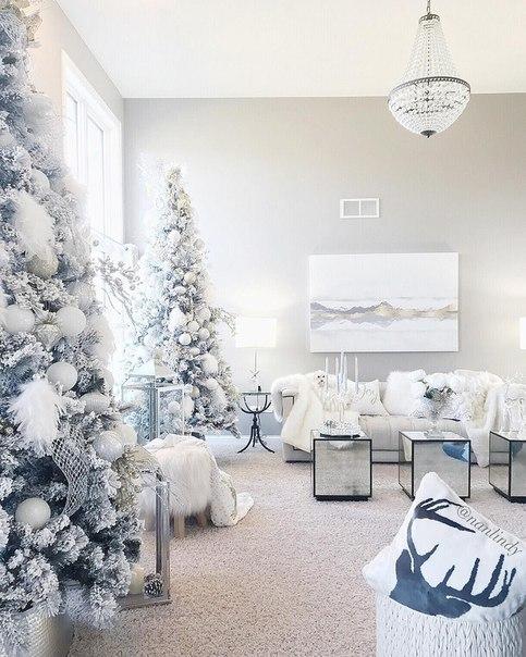Наряженная елка в предновогодние дни создает праздничную атмосферу и п