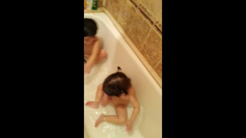 Даня и Даша купаются