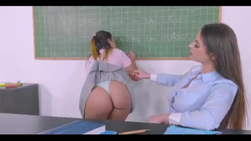 Задрала юбку шлюшке