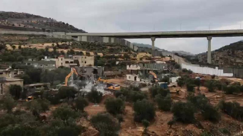 Les forces d'occupation ont démoli deux immeubles d'habitation dans la zone de Bir Aowna près de à Beit Jala.