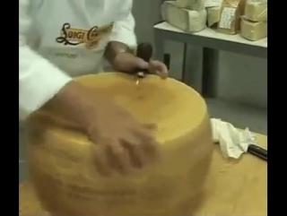 Как разрезают большую головку сыра Пармезан_360p