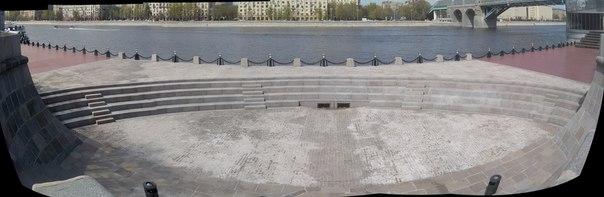 На берегу Москвы амфитеатр. Весьма необычное место, но очень и очень приятное как для молодёжи (например, будь я там со своей компанией, то сыграли бы в крокодила) или для внезапных выступлений активистов.