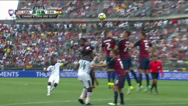 ¡GOLAZO! Asamoah Gyan cobra como los dioses el tiro libre para descontar. USA 2-1 GHA