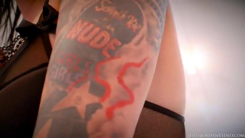 Кубинская милфа с большими сиськами тверкает своей роскошной задницей в леггинсах перед парнем и получает крепкий стояк Marta La