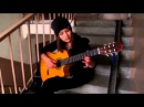 Девушка просто великолепно играет на гитаре.