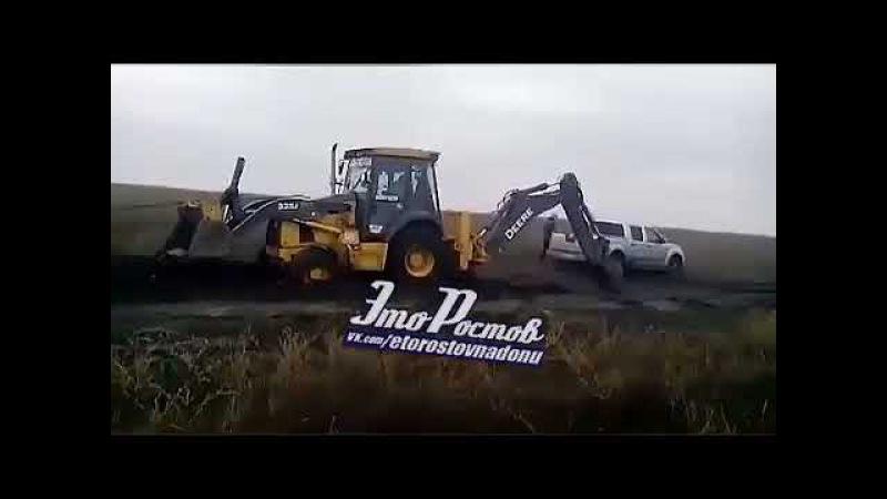 Пять автомобилей и два трактора застряли, спасая Ниву Ростов