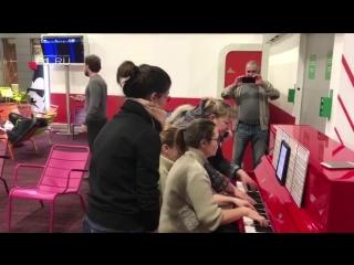 Симфонический хор из Екатеринбурга устроил концерт в аэропорту Парижа