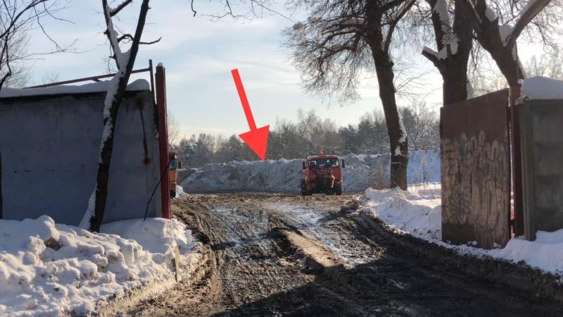Тысячи тонн грязного снега с реагентами на Ляминском проезде в Сокольниках