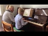 Санёк играет на фортепиано