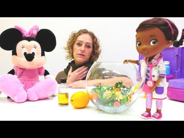 Minnie Mouse hastalanmış arkadaşı Doc MacStuffin's'e götürüyor