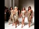 Золотой состав топ-модели 90-х в роскошных золотых платьях приняли участие в модном шоу Versace в Милане