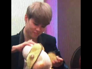 a fan gave jimin a plushie but he undressed it right after omg this boy