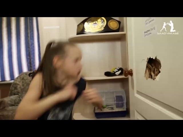 9 летняя девочка боксер пробивает дверь в спальне