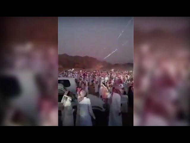 Árabes celebran disparando cientos de metralletas al aire | Arab and his toy