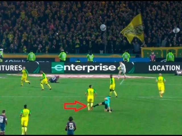 Pode isso Arnaldo ?Juiz agride jogador brasileiro e depois o expulsa Nantes x PSG