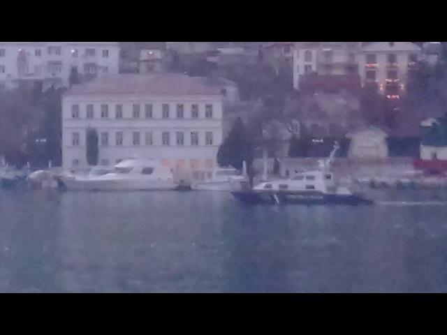 Рыбалка в Балаклавской бухте сетями под охраной Береговой охраны.