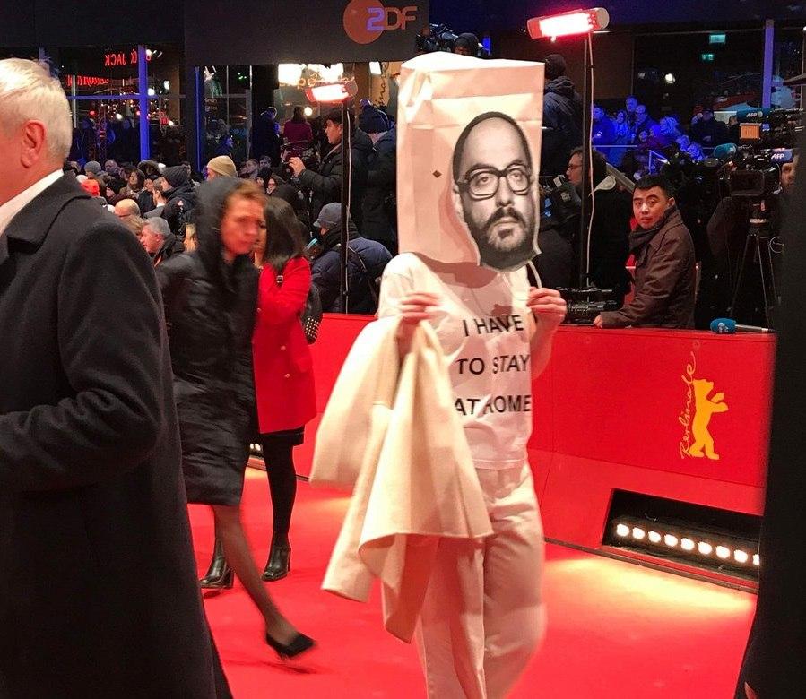 Франциска Петри пришла в пакете с фотографией Серебренникова на голове на красную дорожку Берлинале