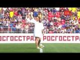Елена Исинбаева наносит первый удар по мячу перед матчем ЦСКА — СКА-Хабаровск