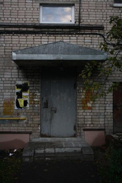 Странно, но на всех подъездах в округе вот такое граффити в виде буквы «Z». Борьба с рекламой, однако.