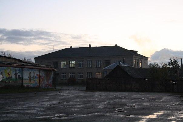 «Интернат». Теперь это здание школы используется для нескольких классов, а в «большой школе» почти весь первый этаж отдали оставшимся классам, плюс обучение в две смены — демографическая яма кончилась.  14 ноября 2017