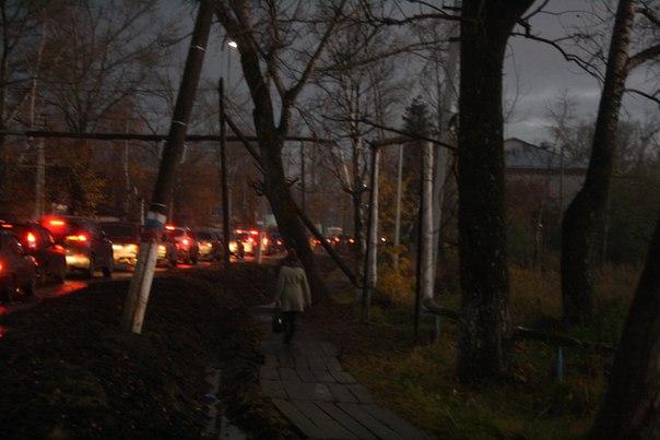 Тем временем грязь окончательно захватила тротуар и люди бродят по деревянным щитам. Хорошее решение, пока их не затапливает (случается при засорении ливнёвке).  14 ноября 2017