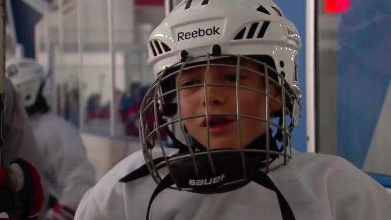 Хоккей это игра! - Смотрите на заднем плане,идет проверка крепости шлема и головы.