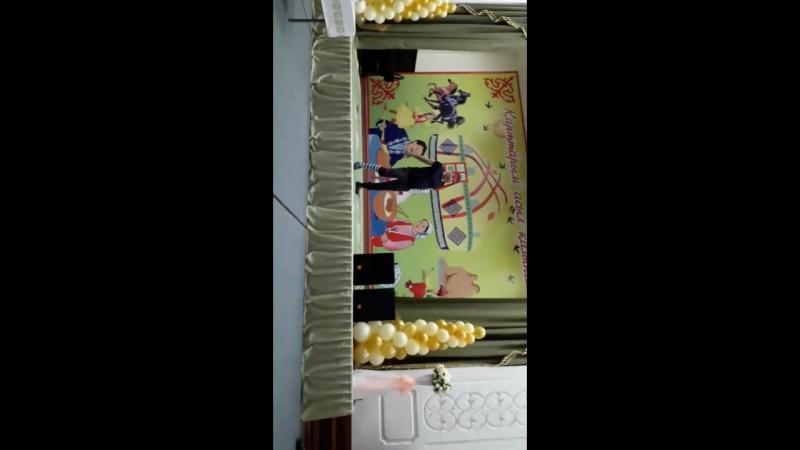 Қарттар үйіне барған кездегі Мейірімді Ақтау жастары ұйымының қойылымы