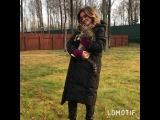 Ксения Бородина в перерыве между съёмкой прогуливается по улице в своём новом пуховике