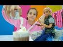 Кукла Барби пробует какао со взбитыми сливками